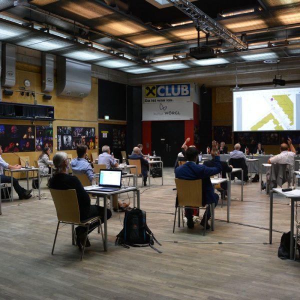 Gemeinderatsitzung mit Corona-Abstandsregeln am 2. Juli 2020 im VZ Komma Wörgl. Foto: Veronika Spielbichler