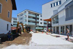 Derzeit laufen die Fertigstellungsarbeiten im Zugangsbereich von der Brixentaler Straße aus. Foto: Veronika Spielbichler