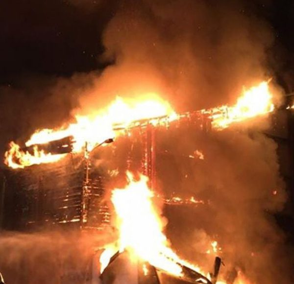 Großbrand: Bei einem Fahrzeugbrand in den frühen Morgenstunden des 21. Juli 2020 sprang das Feuer auf das Gebäude der Discothek Partymaus in Kirchbichl-Grattenbrücke über. Foto: www.einsatzfoto.at