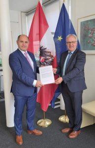 Nationalrat Hermann Gahr übergibt die Petition des Tiroler Almwirtschaftsvereins dem Nationalratspräsidenten Wolfgang Sobotka. © Silvia Leitner