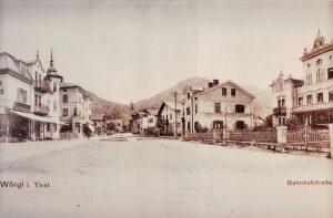 Postkarten-Ansicht der Wörgler Bahnhofstraße, datiert 1916 - damals hat das nun weichende Gebäude bereits bestanden und über zwei Stockwerke verfügt. Foto: Stadtarchiv