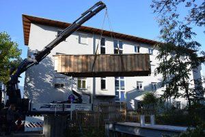 In einem Stück wurde die neue Brücke mittels Kran in die alte Position eingehoben. Foto © Stadtgemeinde Wörgl