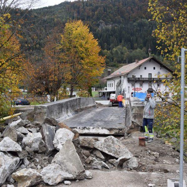 Wird während der Bauarbeiten immer wieder für den Fußgängerverkehr geöffnet: Die in Sanierung befindliche Zehenthofer-Brücke in Bruckhäusl. (Foto © Stadtgemeinde Wörgl)