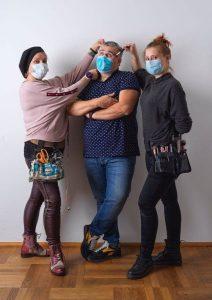 Ziehen die Fäden hinter den Kulissen: Kostümschneiderin Katrin Puchwald, Regisseur Gerhard Salchner und Regieassistentin und Maskenbildnerin Nadine Sophie Hafner. Foto: Mathilde Egitz
