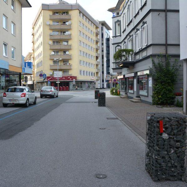 Die in der oberen Bahnhofstraße aufgestellten Steinkörbe stoßen auf Kritik - viele Anfragen dazu langten im Stadtamt ein. Foto: Veronika Spielbichler