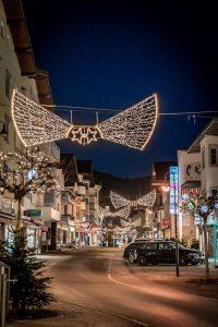 Weihnachtlich geschmückte Wörgler Bahnhofstraße 2020. Foto: Stefan Ringler