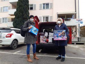 Die Präsidentingattin Verena Puchleitner mit Heidi Rißlegger von der Caritas Wörgl beim Einkaufen der Weihnachtsgeschenke (Foto privat)