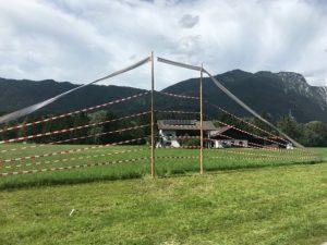 Im Sommer 2020 markierten Kritiker des Hochwasserschutzprojektes vom Land Tirol die künftige Dammhöhe bei Kundl, um auf den massiven Eingriff in die Landschaft aufmerksam zu machen. Foto: Hochwasserinitiative Wörgl