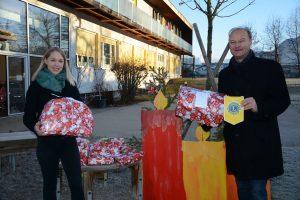 Übergabe der Weihnachtspakete durch Lions-Präsident Mag. Johannes Puchleitner an die Kindergartenleiterin des Kindergartens Mitterhoferweg Sabrina Thurner. (Foto: Veronika Spielbichler)