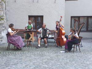 Die Wörgler Familienmusik Puchleitner bei einem Auftritt im Herbst 2020. Foto: privat/Puchleitner