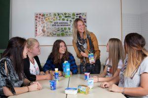 """100 Gründe, 100 zu werden - welche das sind, lernen die SchülerInnen der BFWörgl - die Schule wurde neuerlich mit dem Gütesiegel """"Gesunde Schule"""" ausgezeichnet. Foto: BFWörgl"""