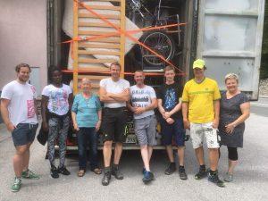 Elisabeth Cerwenka mit freiwilligen Helfern: Ein aufwändiges Projekt im Jahr 2020 war die Beladung und Verschickung von drei großen Containern. An Bord: eine Fülle von Hilfsgütern für die Bevölkerung in Ntronang. Foto: privat