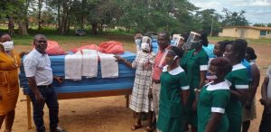 Samuel beim Verteilen von Hilfsgütern in Ghana. Foto: privat