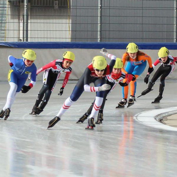 Um jede Position wird gekämpft - vorne Ivona Matkovic und links (blauer Anzug) Lina Oberschneider. Foto: Peter Maurer/Assa
