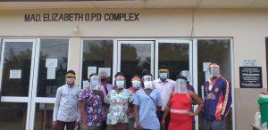 Corona ist auch in Ghana ein großes Thema: In Ntronang trägt man Schutzmasken, die von heimischen Firmen gespendet wurden. Foto: privat