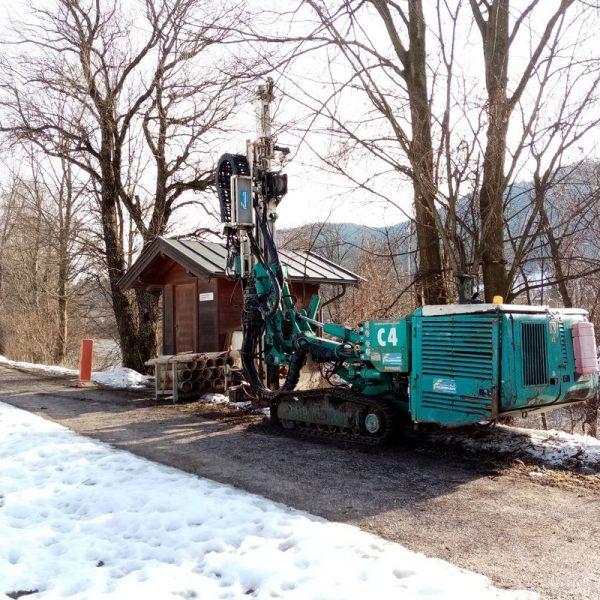 Mit Kernbohrungen wird entlang der Brixentaler Ache im Hinblick auf das Hochwasserschutzprojekt des Wasserverbandes die Bodenbeschaffenheit und Grundwassersituation erkundet. Foto: Veronika Spielbichler
