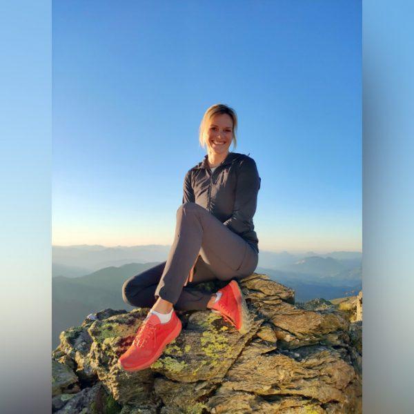 """Marlies Raich moderiert die """"Land der Berge""""-Sendung von ORF III aus den Kitzbüheler Alpen. Foto: ORF III"""
