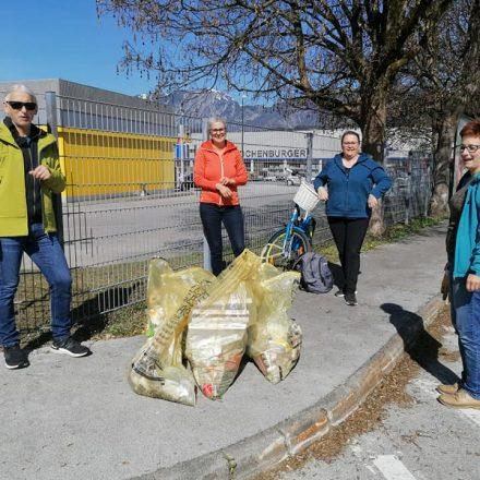 Die Wörgler Grünen rückten am 24. April 2021 zum Müllsammeln entlang von Spazier- und Wanderwegen aus. Foto: Wörgler Grüne/Facebook