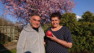 Türkan Lale mit ihrem Mann Bünyamin und dem Granatapfel als symbolische Entschädigung für die ganze Aufregung. Foto: Andreas Lettenbichler