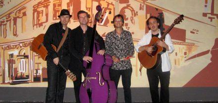 """Brennholz ist eine österreichisch-italienische Band, bestehend aus David Mana (Gitarre, Gesang), Kurt Wieser (Gitarre, Gesang), Christian Auer alias """"Baux"""" (Bass, Gesang) und Walter Graf (Schlagzeug). Foto: Brennholz"""