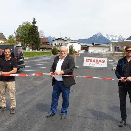 Bauleiter Harald Bichler, Bgm. Josef Haaser und Projektleiter Georg Teym bei der Parkplatzeröffnung. Foto: Gemeinde Angath