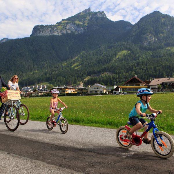 """Zu den schönsten Plätzen in Tirol radeln und dabei etwas gewinnen. Einfach die """"Tirol radelt""""-App herunterladen und los geht's. Foto: Klimabündnis Tirol/Lechner"""