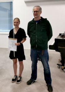 Sarah Dissertori mit ihrem Lehrer Hermann Unterberger (Foto LMS Wörgl)