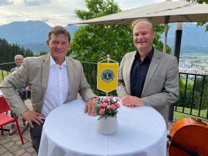 Mag. Reinhard Brunner (links) übernimmt von Mag. Johannes Puchleitner (rechts) die Präsidentschaft beim Lions Club Wörgl. Foto: Lions Club Wörgl