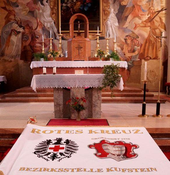 Die neue Fahne der Bezirksstelle Kufstein des Roten Kreuzes. Foto: ÖRK Kufstein/Mayr B.