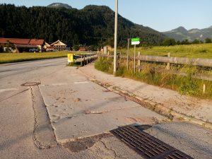 Wasser und Schlamm strömten über die Brixentaler Straße und rannen bis zum Tischlerbauern. Foto: Spielbichler
