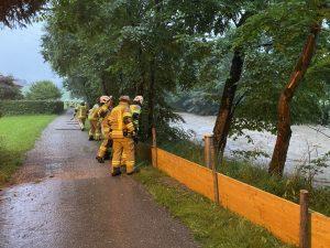 Die FF Bruckhäusl errichtete entlang der Brisentaler Ache mobile Hochwasserschutzwände. Foto: FF Bruckhäusl