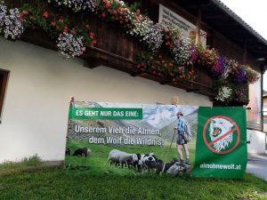 """Banner """"Alm ohne Wolf"""" im Juli 2021 in der Wörgler Bahnhofstraße. Foto: Veronika Spielbichler"""