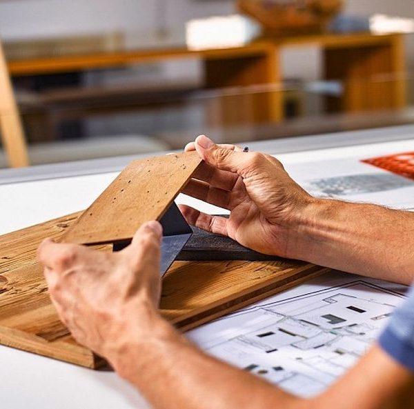 """Welchen Stellenwert hat Handwerk in der Zukunft? Und welche Rolle wird es künftig in unserer Gesellschaft spielen? Diesen und anderen Fragen gehen Architekturstudenten der Uni Innsbruck in ihrer Ausstellung """"Out of Hands"""" nach. – Foto: Netzwerk Handwerk"""
