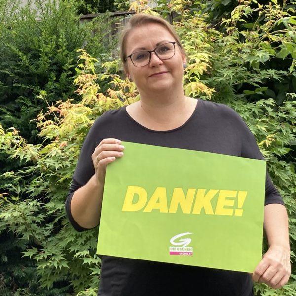 Iris Kahn, Sprecherin der Grünen im Bezirk Kufstein, bedankt sich bei den Laptop-SpenderInnen. Foto: Grüne