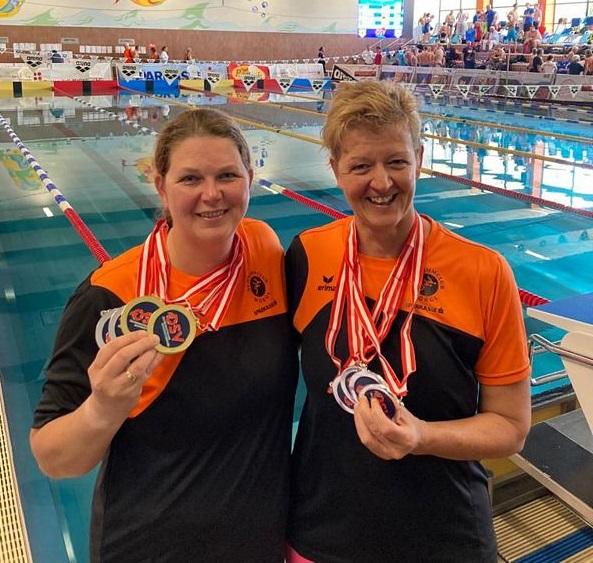 Die beiden erfolgreichen SC-Wörgl-Schwimmerinnen Simone Aufinger (links) und Doris Kaufmann (rechts). Foto: SC Wörgl Aufinger